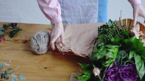 Ανθοκόμος στην εργασία: διαδικασία μια floral σύνθεση απόθεμα βίντεο