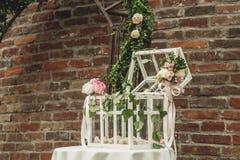 Ανθοκόμος στην εργασία: πώς να κάνει τη γαμήλια διακόσμηση με εκλεκτής ποιότητας bir στοκ φωτογραφίες