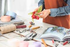 Ανθοκόμος στην εργασία: τα θηλυκά χέρια της γυναίκας που κάνει τη μόδα τη σύγχρονη ανθοδέσμη των διαφορετικών λουλουδιών Στοκ φωτογραφία με δικαίωμα ελεύθερης χρήσης