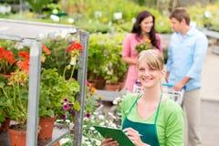 Ανθοκόμος στον κεντρικό λιανικό κατάλογο κήπων στοκ εικόνα με δικαίωμα ελεύθερης χρήσης