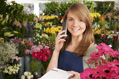 Ανθοκόμος στο κατάστημα που παίρνει τη διαταγή πέρα από το τηλέφωνο στο κατάστημα Στοκ φωτογραφία με δικαίωμα ελεύθερης χρήσης