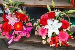 Ανθοδέσμες των λουλουδιών ως παρόν Στοκ Φωτογραφία