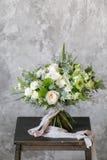 Ανθοδέσμη άνοιξη των μικτών λουλουδιών στο εκλεκτής ποιότητας γκρίζο υπόβαθρο τοίχων πίσω Στοκ εικόνα με δικαίωμα ελεύθερης χρήσης