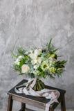 Ανθοδέσμη άνοιξη των μικτών λουλουδιών στο εκλεκτής ποιότητας γκρίζο υπόβαθρο τοίχων πίσω Στοκ Εικόνα