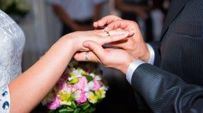 Ανθοδέσμη λαβής νυφών και νεόνυμφων των λουλουδιών με τα δαχτυλίδια Στοκ εικόνες με δικαίωμα ελεύθερης χρήσης