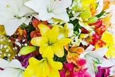 Ανθοδέσμη από τα διάφορα μεγάλα λουλούδια χρώματος Ανθοδέσμη των κρίνων Στοκ φωτογραφία με δικαίωμα ελεύθερης χρήσης