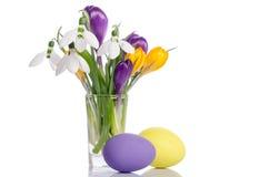 Ανθοδέσμη από τα λουλούδια κρόκων στο βάζο και τα αυγά Πάσχας Στοκ εικόνες με δικαίωμα ελεύθερης χρήσης