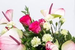Ανθοδέσμη από τα φρέσκα κόκκινα τριαντάφυλλα και anthurium Στοκ Εικόνες