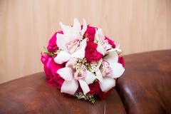 Ανθοδέσμη γαμήλιων λουλουδιών με τα ρόδινα τριαντάφυλλα και άσπρα callas Στοκ Φωτογραφία