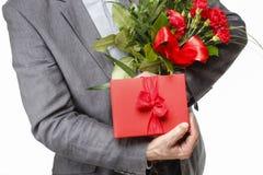 Ανθοδέσμη εκμετάλλευσης ατόμων των λουλουδιών γαρίφαλων και του κόκκινου κιβωτίου με το μεγάλο BO Στοκ εικόνες με δικαίωμα ελεύθερης χρήσης