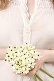 Ανθοδέσμη εκμετάλλευσης γυναικών των μικροσκοπικών άσπρων λουλουδιών (ornithogalum Αραβικά Στοκ Εικόνα