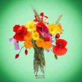 Ανθοδέσμη θερινών λουλουδιών, ανοικτό πράσινο υπόβαθρο στοκ εικόνες