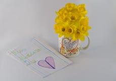 Ανθοδέσμη και κάρτα Daffodil ημέρας της ευτυχούς μητέρας από το παιδί Στοκ Εικόνες