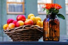 Ανθοδέσμη και μήλα λουλουδιών Στοκ φωτογραφία με δικαίωμα ελεύθερης χρήσης