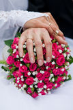 Ανθοδέσμη και χέρια με τα δαχτυλίδια Στοκ Φωτογραφία