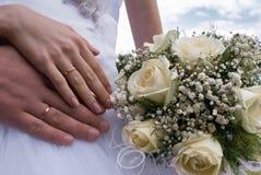 Ανθοδέσμη και χέρια με τα δαχτυλίδια Στοκ Φωτογραφίες