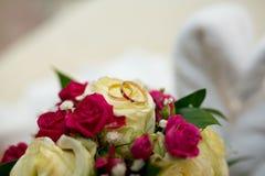 Ανθοδέσμη και δύο γαμήλια δαχτυλίδια Στοκ Φωτογραφία