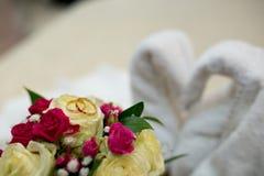 Ανθοδέσμη και δύο γαμήλια δαχτυλίδια Στοκ Φωτογραφίες