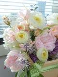 Ανθοδέσμη λουλουδιών στο γυαλί παραθύρων Στοκ Εικόνες