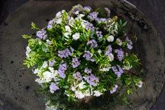 Ανθοδέσμη με τα άσπρα και ιώδη λουλούδια Στοκ φωτογραφία με δικαίωμα ελεύθερης χρήσης