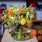 Ανθοδέσμη με τα κίτρινα τριαντάφυλλα σε ένα βάζο γυαλιού Στοκ Φωτογραφίες