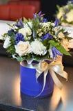Ανθοδέσμη με τα τριαντάφυλλα κρέμας σε ένα κιβώτιο με μια κορδέλλα Στοκ φωτογραφία με δικαίωμα ελεύθερης χρήσης