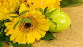 Ανθοδέσμη με το αυγό Πάσχας σε κίτρινο Στοκ φωτογραφία με δικαίωμα ελεύθερης χρήσης