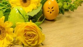 Ανθοδέσμη με το αυγό Πάσχας σε κίτρινο Στοκ εικόνα με δικαίωμα ελεύθερης χρήσης