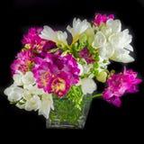 Ανθοδέσμη λουλουδιών κρίνων στο βάζο στο μαύρο υπόβαθρο Στοκ Φωτογραφία