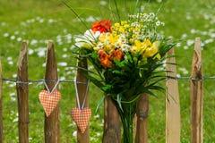 Ανθοδέσμη λουλουδιών με τις καρδιές Στοκ εικόνες με δικαίωμα ελεύθερης χρήσης