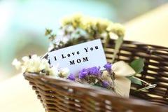 Ανθοδέσμη λουλουδιών με mom σ' αγαπώ το κείμενο στην κάρτα Στοκ Εικόνες