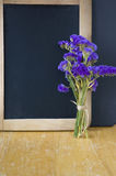 Ανθοδέσμη λουλουδιών που τίθεται εκτός από τον πίνακα κιμωλίας Στοκ εικόνες με δικαίωμα ελεύθερης χρήσης