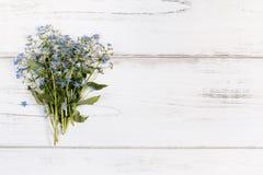 Ανθοδέσμη λουλουδιών σε ένα άσπρο αγροτικό ξύλινο υπόβαθρο, διάστημα αντιγράφων Στοκ φωτογραφίες με δικαίωμα ελεύθερης χρήσης
