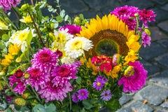 Ανθοδέσμη λουλουδιών στην αγορά με τους ηλίανθους Στοκ φωτογραφία με δικαίωμα ελεύθερης χρήσης