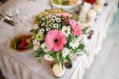 Ανθοδέσμη λουλουδιών στο βάζο στον πίνακα Στοκ φωτογραφία με δικαίωμα ελεύθερης χρήσης