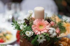 Ανθοδέσμη λουλουδιών στο βάζο στον πίνακα Στοκ Φωτογραφίες