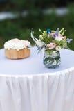 Ανθοδέσμη λουλουδιών στο βάζο στον πίνακα Στοκ εικόνες με δικαίωμα ελεύθερης χρήσης