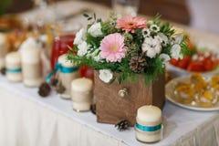 Ανθοδέσμη λουλουδιών στο βάζο στον πίνακα Στοκ Εικόνες