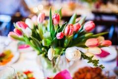 Ανθοδέσμη λουλουδιών στο βάζο στον πίνακα Στοκ φωτογραφίες με δικαίωμα ελεύθερης χρήσης