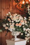 Ανθοδέσμη λουλουδιών των τριαντάφυλλων, peonies και του ευκαλύπτου σε έναν εκλεκτής ποιότητας γάμο στάσεων βάζων Στοκ Εικόνες