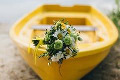Ανθοδέσμη στην κίτρινη βάρκα Στοκ φωτογραφία με δικαίωμα ελεύθερης χρήσης