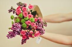 Ανθοδέσμη της Νίκαιας στο ανθρώπινο χέρι όμορφο λουλούδι ανασκόπ& Στοκ Φωτογραφία