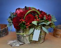 Ανθοδέσμη της Νίκαιας των κόκκινων τριαντάφυλλων σε ένα κιβώτιο του φλοιού σημύδων Στοκ εικόνα με δικαίωμα ελεύθερης χρήσης