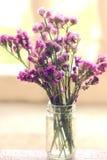 Ανθοδέσμη της ρύθμισης λουλουδιών statice στο γυαλί στοκ εικόνες