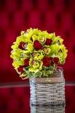 Ανθοδέσμη τριαντάφυλλων σε ένα καλάθι Στοκ Φωτογραφίες