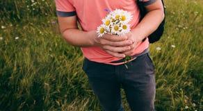 Ανθοδέσμη των άγριων λουλουδιών στα αρσενικά χέρια Καλοκαίρι αέρα βουνών Στοκ Εικόνες