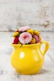 Ανθοδέσμη των άγριων λουλουδιών στην κίτρινη κανάτα, διάστημα αντιγράφων Στοκ Εικόνα
