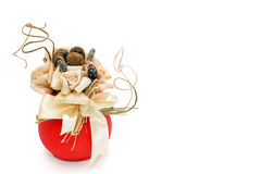 Ανθοδέσμη των άσπρων τριαντάφυλλων, δεσμός, ξηρά χλόη, δασικά φρούτα Στοκ εικόνα με δικαίωμα ελεύθερης χρήσης
