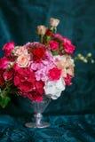 Ανθοδέσμη των γαρίφαλων και των τριαντάφυλλων Στοκ Φωτογραφίες