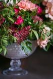 Ανθοδέσμη των γαρίφαλων και των τριαντάφυλλων Στοκ Εικόνες